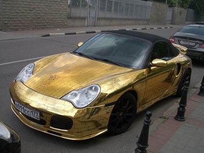 Ne reculant devant aucune dépense, un Russe a fait couvrir sa voiture